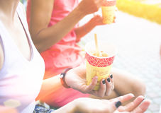 两名妇女在公园吃冰淇凌 库存照片