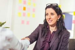 两名妇女在办公室互相聊天 图库摄影