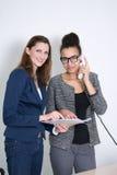 两名妇女在办公室工作 库存图片