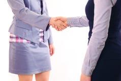 两名妇女在协议以后给握手 库存照片