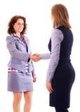 两名妇女在协议以后给握手 免版税库存照片