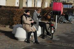 两名妇女在哥本哈根享受阳光 免版税库存图片
