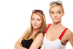两名妇女在夏天给太阳镜画象穿衣 免版税库存图片