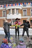 两名妇女在阶段为乐趣,孩子战斗观看展示 库存图片