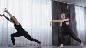 两名妇女在类的实践瑜伽 股票视频