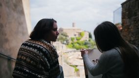 两名妇女坐由台阶和参与创造性 股票录像