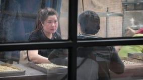 两名妇女工作为咖啡工厂 影视素材