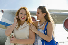 两名妇女母亲和女儿在机场见面了在旅行以后 免版税库存照片