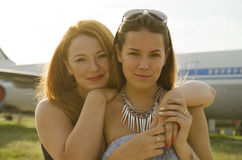 两名妇女母亲和女儿在机场见面了在旅行以后 图库摄影