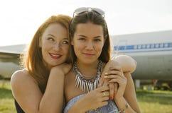 两名妇女母亲和女儿在机场见面了在旅行以后 库存图片