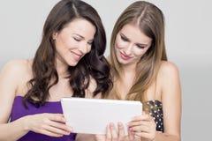 两名妇女片剂 库存图片