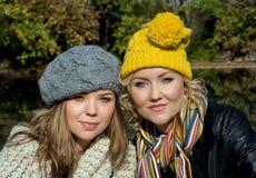 两名妇女秋天画象羊毛盖帽的。 库存图片