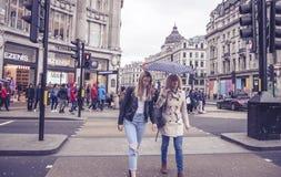两名妇女穿过街道在牛津街红绿灯 免版税库存图片