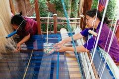 两名妇女编织衣裳在每年Lumpini文化节日 免版税图库摄影