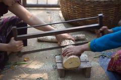 两名妇女被锯的木材 库存图片