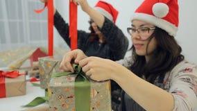 两名妇女装饰与弓的礼物圣诞节的,新年 股票视频