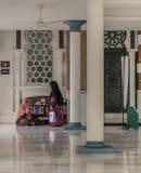两名妇女谈话在清真寺 库存图片