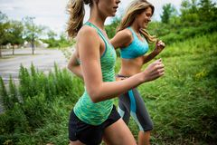 两名妇女跑步 免版税库存照片