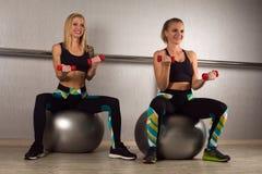 两名妇女锻炼 免版税图库摄影
