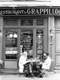 两名妇女餐馆外 免版税库存照片