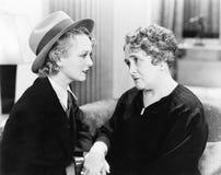 两名妇女,一更旧,谈话互相和握手(所有人被描述不更长生存,并且庄园不存在 免版税库存照片