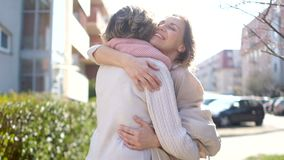 两名妇女,年轻和成熟,遇见外面在春天 母亲和女儿拥抱在会议上 r 影视素材