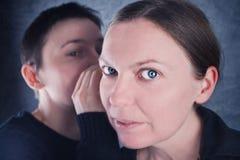 两名妇女说闲话 免版税库存图片