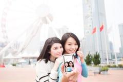 两名妇女selfie在香港 免版税库存照片