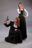 两名妇女steampunk枪 免版税库存照片