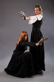 两名妇女steampunk枪 库存图片