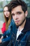 两名学生谈话在街道在类以后 免版税图库摄影