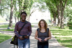 两名学生走 免版税库存照片