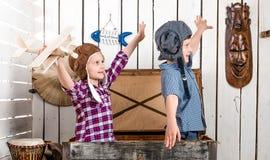 两名小孩子飞行员飞行用手 免版税库存照片