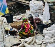 两名工作者在孟加拉国独特的照片的一个地方附近工作 免版税库存照片
