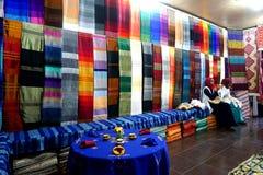 两名巴巴里人妇女在五颜六色的souk织品工作在摩洛哥在摩洛哥 免版税库存照片
