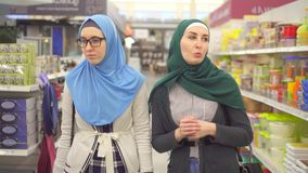 两名年轻回教妇女在土产货物部门的超级市场 股票视频