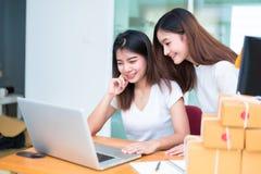 两名年轻自由职业者亚裔女孩女实业家私有工作在 免版税库存照片