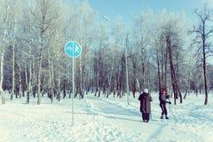 两名年长妇女为滑雪旅行做准备在公园 免版税图库摄影