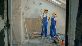 两名建筑师谈论在建造场所 股票视频