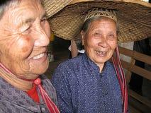 两名微笑的中国妇女 库存照片