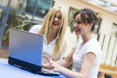 两名微笑的女实业家 免版税库存照片