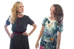 两名恼怒的白肤金发的妇女 免版税库存图片