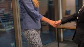 两名愉快的年轻女实业家握手 影视素材