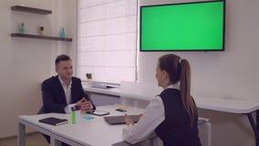 两名愉快的成人雇员在办公室 股票录像