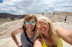 两名成年女性在加利福尼亚死亡谷国家公园时采取selfie,当在Zabriskie点监视 免版税库存图片
