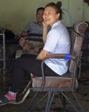 两名服务工作者在荣市,越南等待客户 图库摄影