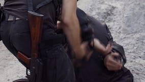 两名治安警卫举行违者的拘留在犯罪现场 股票录像