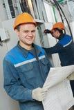 两名电工工作者 库存照片