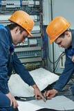 两名电工工作者 免版税库存图片