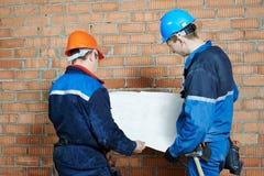 两名电工工作者 免版税库存照片